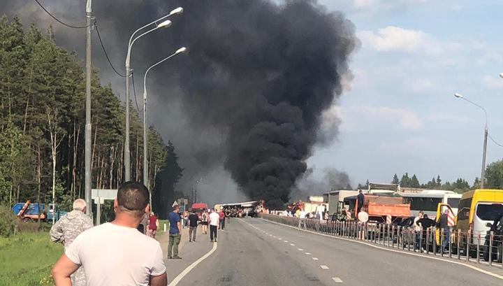 В Подмосковье полностью перекрыто Минское шоссе — перевернулся и загорелся грузовик