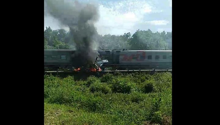 Грузовик и поезд Адлер - Нижневартовск загорелись после столкновения в Адыгее