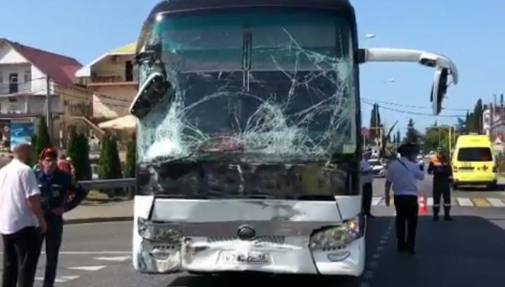 Два экскурсионных автобуса столкнулись в Сочи