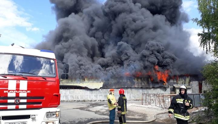 Сильный пожар на складе в Екатеринбурге сняли на видео