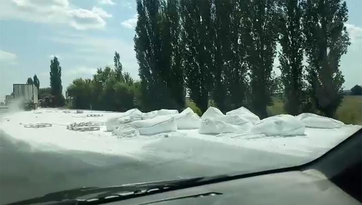 Дорогу замело: под Воронежем перевернулась фура с мукой