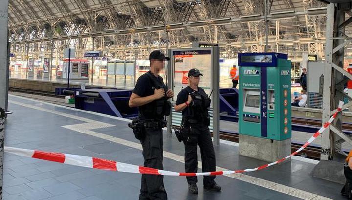 В Германии мужчина столкнул ребенка под поезд