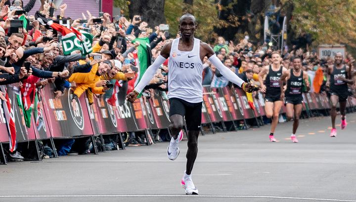 Кениец Кипчоге впервые в истории пробежал марафон быстрее, чем за два часа
