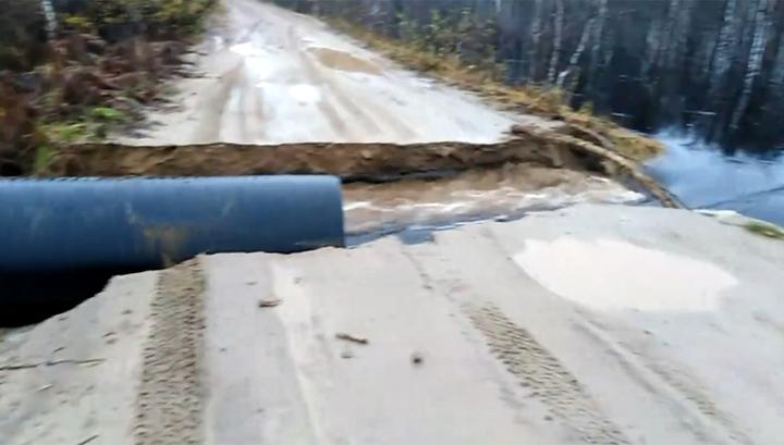 В Карелии на глазах у автолюбителей смыло остатки дороги