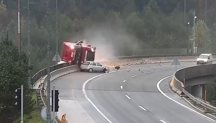 Фатальное ДТП в Словении: малолитражка выбила фуру с моста. Видео