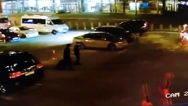 Три выстрела в спину: налет на перевозчика денег в аэропорту Кольцово попал на видео