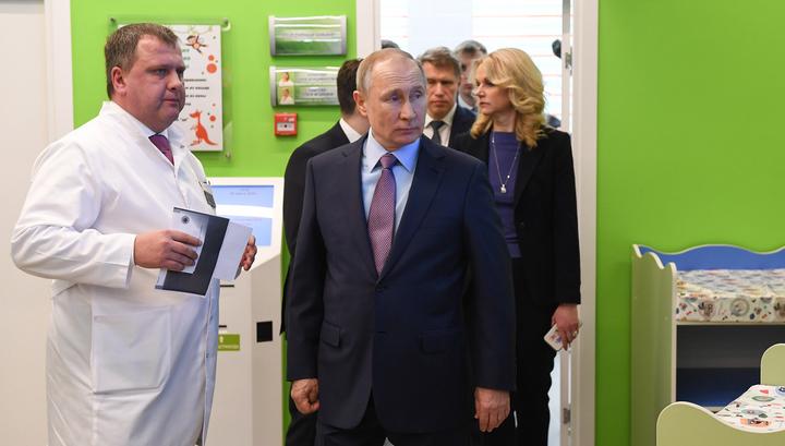 Путина заинтересовал специальный аппарат в кабинете офтальмолога
