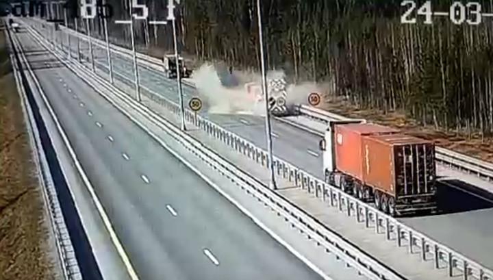 Пожилой водитель грузовика сбил двух дорожных рабочих и вылетел в кювет