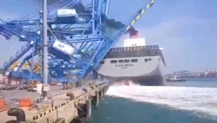 Грузовое судно обрушило кран в корейском порту