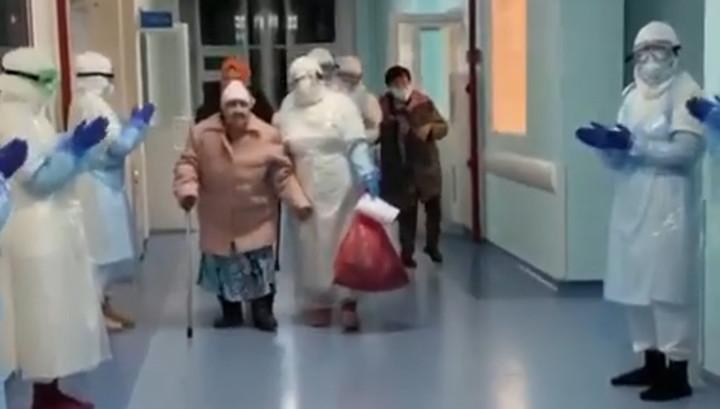 """""""Дай Бог всем здоровья!"""": вылечившуюся от коронавируса 93-летнюю пациентку проводили аплодисментами"""