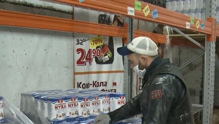 Магазины начали бесплатно раздавать продукты с истекающим сроком годности
