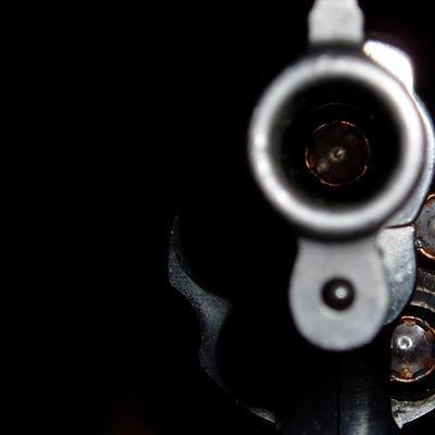 Неизвестный обстрелял из пневматического оружия детскую площадку под Псковом