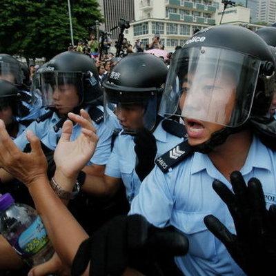 Полиция Гонконга требует от демонстрантов покинуть район комплекса правительственных зданий
