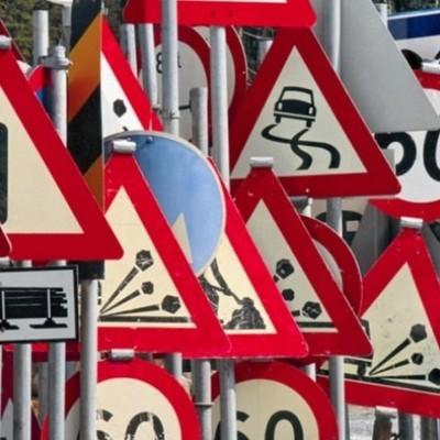 Дорожные знаки разрешили устанавливать на зданиях и ограждениях