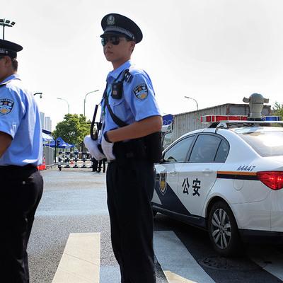Китайская полиция будет бороться с пешеходами-нарушителями лазером и водным паром