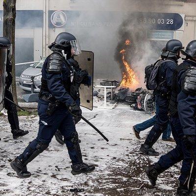 Парижская полиция полностью перекрыла Елисейские Поля стальным забором
