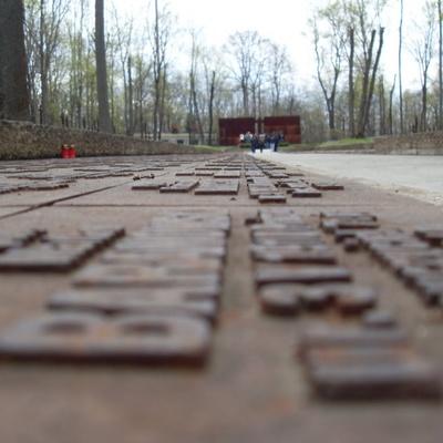 Под Харьковом вандалы повредили мемориальный комплекс памяти жертв ВОВ