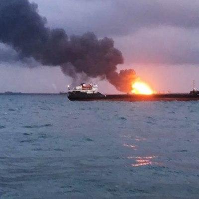 Возобновлены поисковые работы около горящих в Черном море танкеров