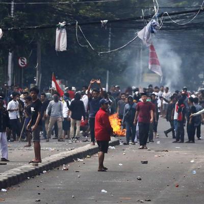 Число погибших в беспорядках в Джакарте выросло до восьми человек