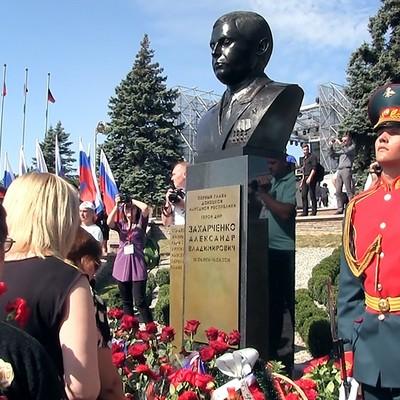 В Донецке установили памятник Александру Захарченко