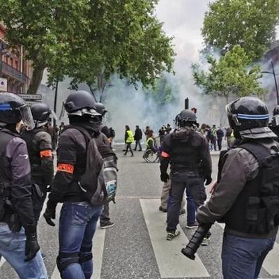 Полиция в Париже применила слезоточивый газ против