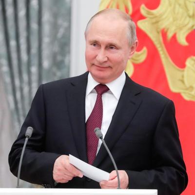 Путин вручает в Кремле награды за достижения в области культуры, медицины и спорта