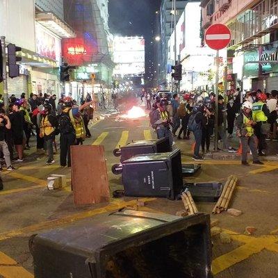 В Гонконге демонстранты растоптали американский флаг у генконсульства США