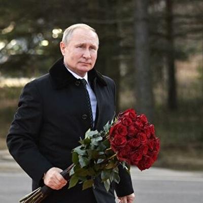 Владимир Путин возложил цветы к монументу