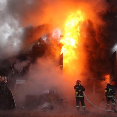 Пожар на складе продуктовой базы на улице Фадеева во Владивостоке потушен