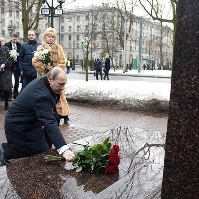 Путин возложил цветы к памятнику первому мэру Санкт-Петербурга Собчаку