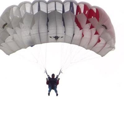 Два человека пострадали во время прыжка с парашютом в Подмосковье