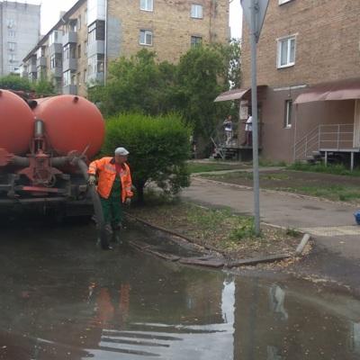 Спецтехника откачивает воду с улиц Красноярска после ливня