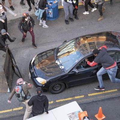 Автомобиль въехал в протестующих людей в американском Сиэтле