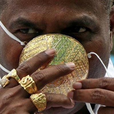 Индиец Шанкар Кураде купил золотую защитную маску от коронавируса
