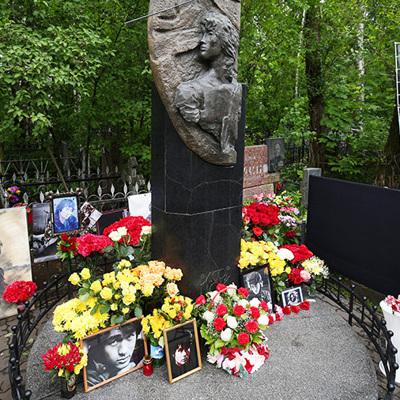 В Санкт-Петербурге на Богословском кладбище почтили память Виктора Цоя
