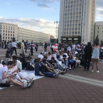 В центре Минска идут вечерние гулянья