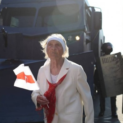 В центр Минска снова стягивается бронетехника
