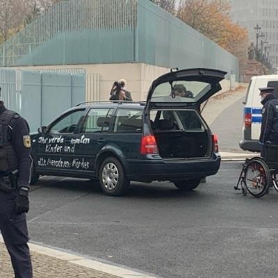 Полиция Берлина отпустила на свободу водителя, въехавшего в ворота ведомства Меркель