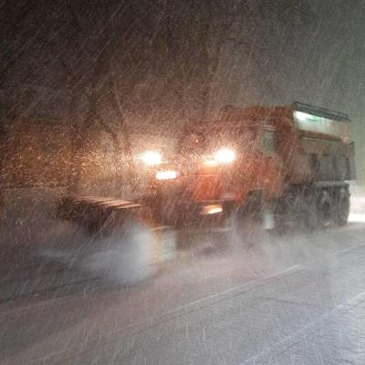 Снегопад стал причиной образования снежных заносов и гололедицы на дорогах Москвы