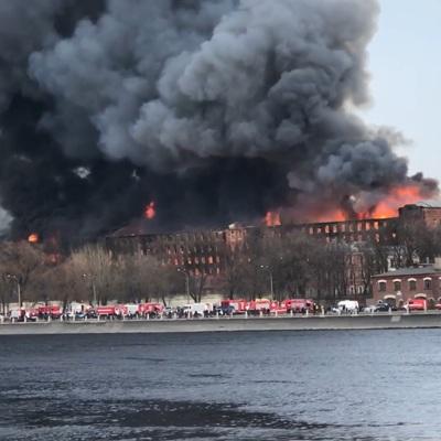 На место пожара на Невской мануфактуре выехала группа центрального аппарата МЧС