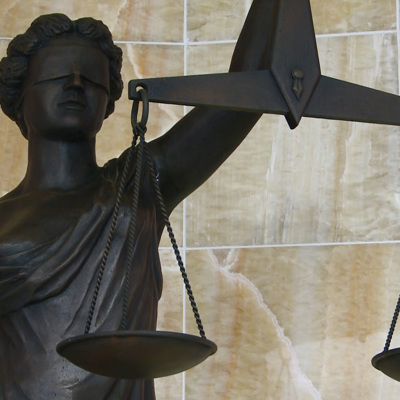 Суд в Москве арестовал на 11 суток приземлившихся на оживленную трассу парашютистов