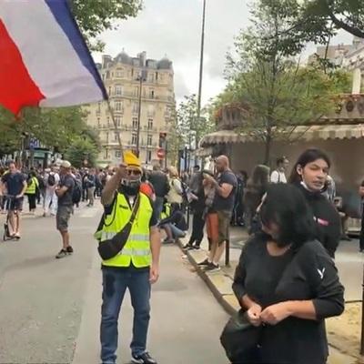 Больше 200 тысяч человек вышли во Франции на протесты против санитарных паспортов
