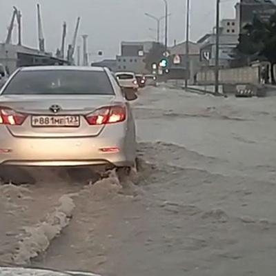 Придворовые территории подтоплены в Краснодаре из-за дождя
