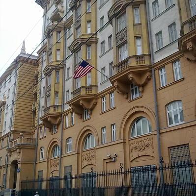 Неизвестный на автомобиле прорвался на территорию резиденции посла США в Москве