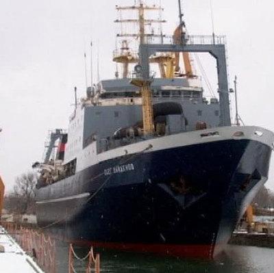 Спасатели локализовали пожар на большом рыболовецком траулере
