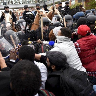 Женщина получила тяжелые травмы в ходе протестов во французской Ницце