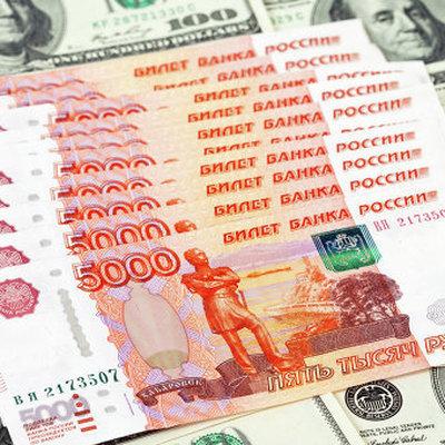 Рубль ускорил снижение к основным валютам