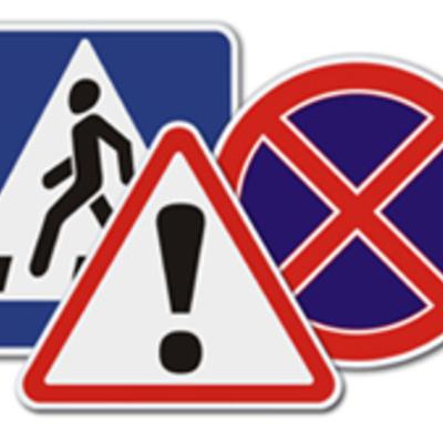 Дорожные знаки разрешили устанавливать на заборах и фасадах зданий