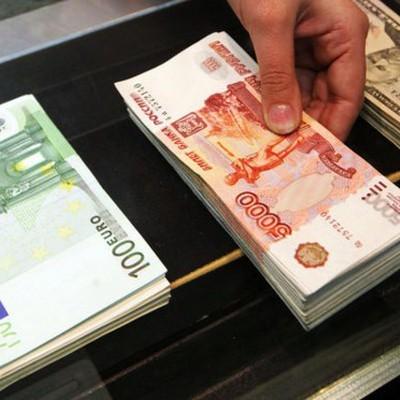Курс евро на торгах Московской биржи опустился ниже 75 рублей