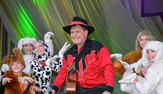 Заслуженный деятель искусств РФ, композитор Григорий Гладков среди детей. Фото из архива Гладкова